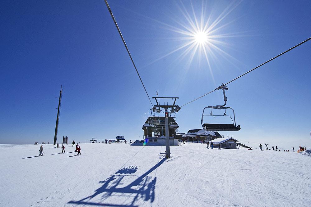 Blick auf Sessellift und Piste im Skigebiet Gerlitzen