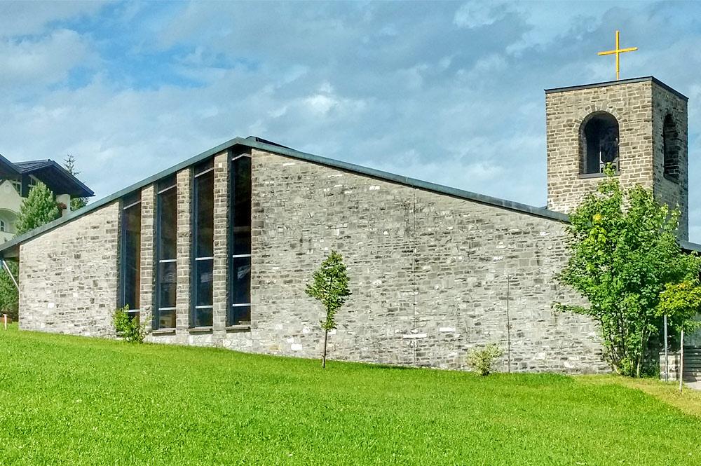 Außenansicht der Heilig-Geist-Kirche in Oberjoch