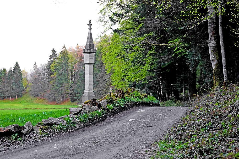 Neugotische Bezegg-Sul an einem Waldweg bei Andelsbuch