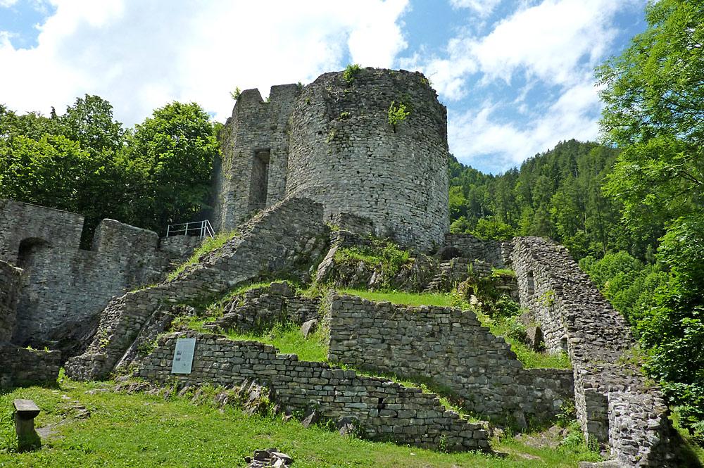 Blick auf die Burgruine von Wilderswil