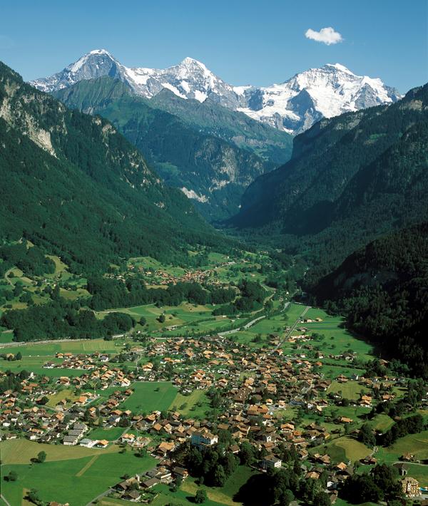 Blick auf Wilderswil mit Eiger, Mönch und Jungfrau