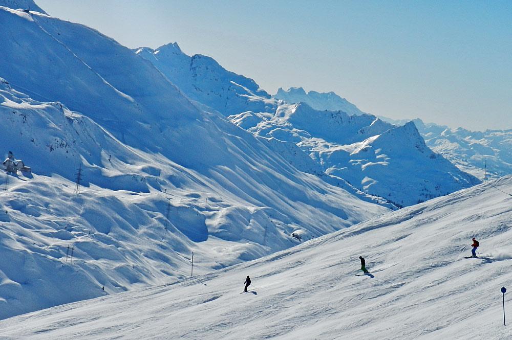 Skifahrer auf einer Piste im Skigebiet Arlberg