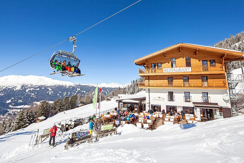 Blick auf das Hochzeigerhaus im Skigebiet Hochzeiger
