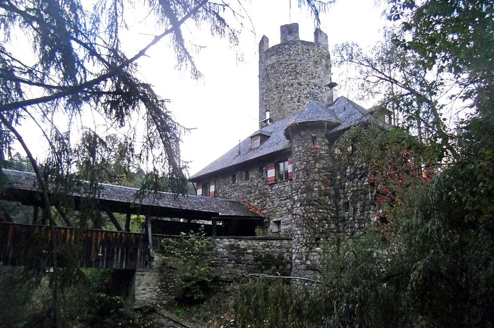 Luftaufnahme der Burg Klamm