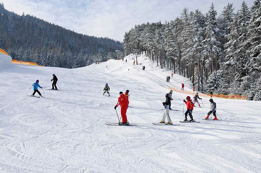 Wintersportler im Skigebiet Grünberg bei Obsteig