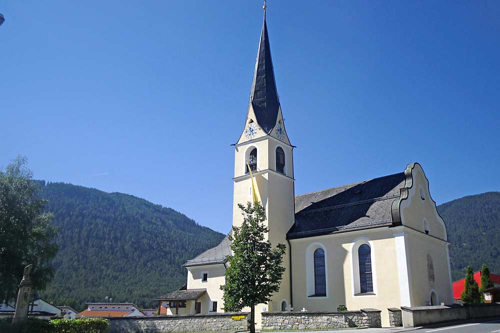 Außenansicht der katholischen Pfarrkirche St. Josef in Obsteig-Unterstrass