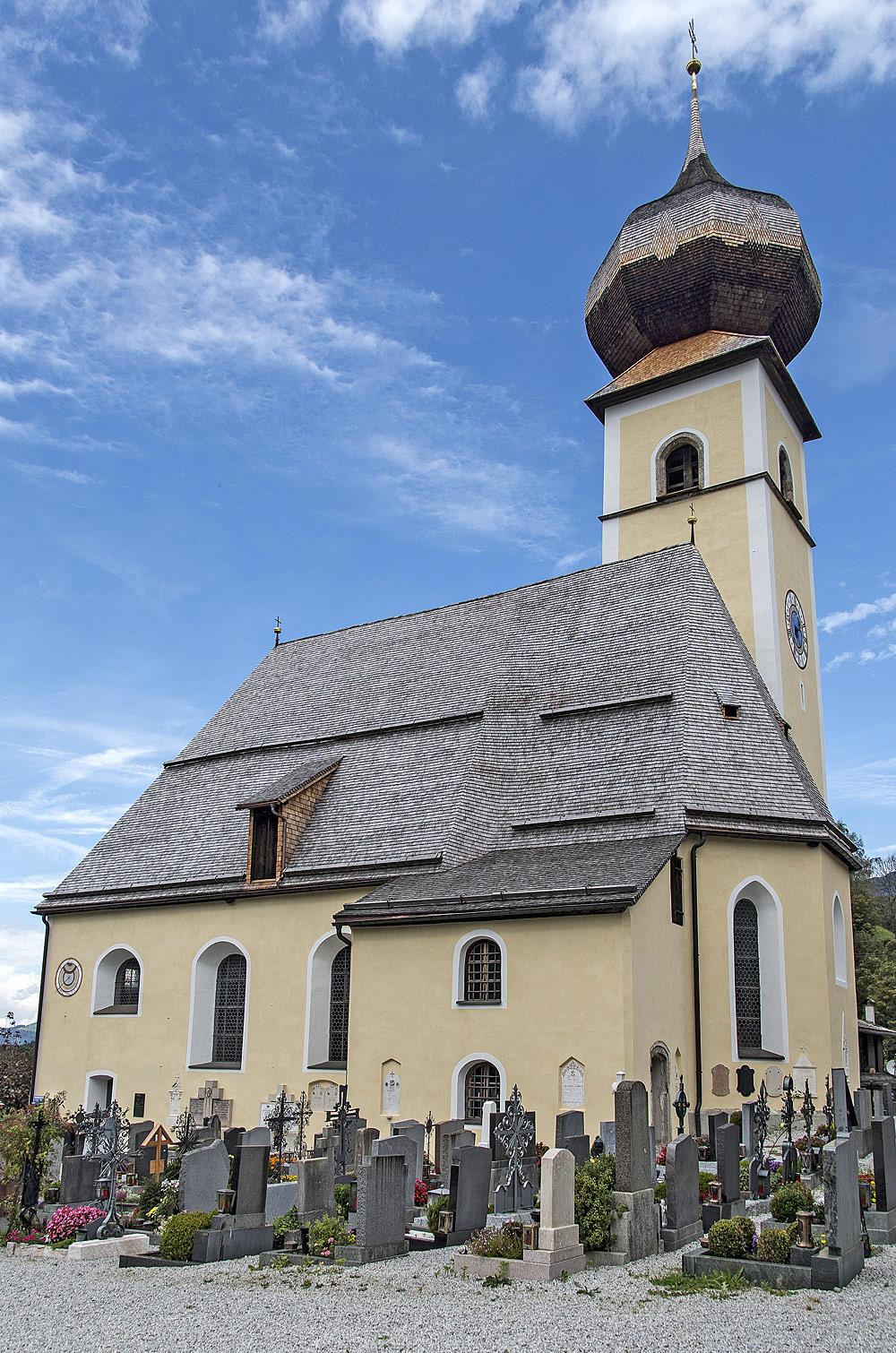 Blick auf den Friedhof und die Pfarrkirche St. Rupert in Aurach