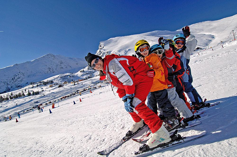 Kinder und Skilehrerin beim Unterricht im Skigebiet Falkert