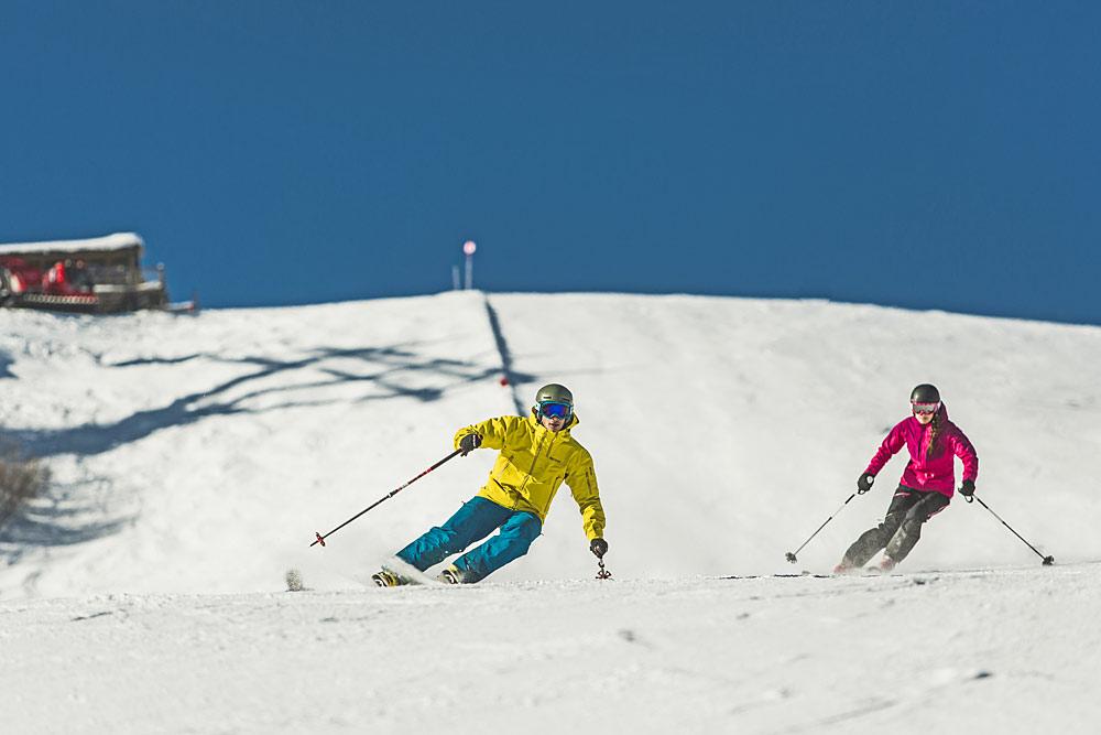 Skifahrer auf einer Piste im Skigebiet Golm