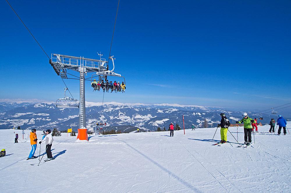 Skifahrer auf einer Piste im Skigebiet Gerlitzen