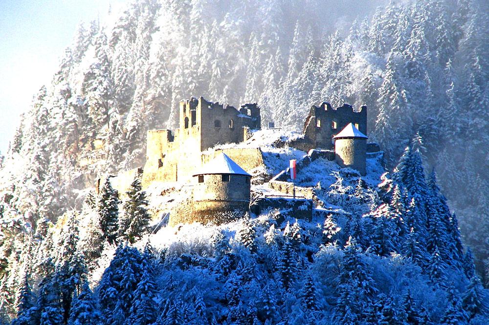 Blick auf die Burgruine Ehrenberg bei Reutte