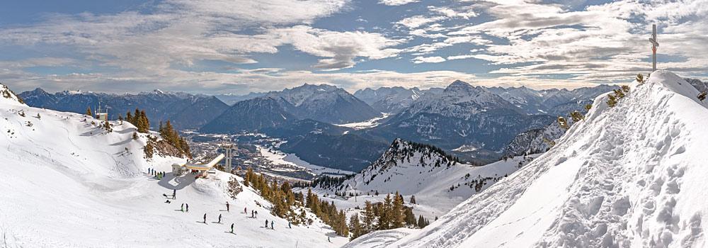 Panoramablick ins Skigebiet Hahnenkamm Höfen bei Reutte