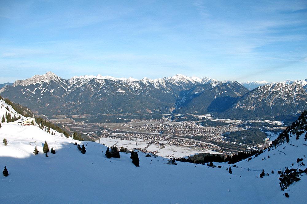 Blick vom Skigebiet Hahnenkamm Höfen auf den Ort Reutte