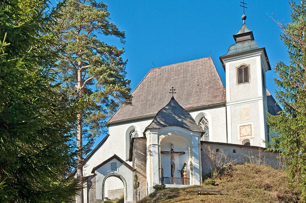 Blick von unten auf die Sebalduskirche am Heiligenstein in Gaflenz