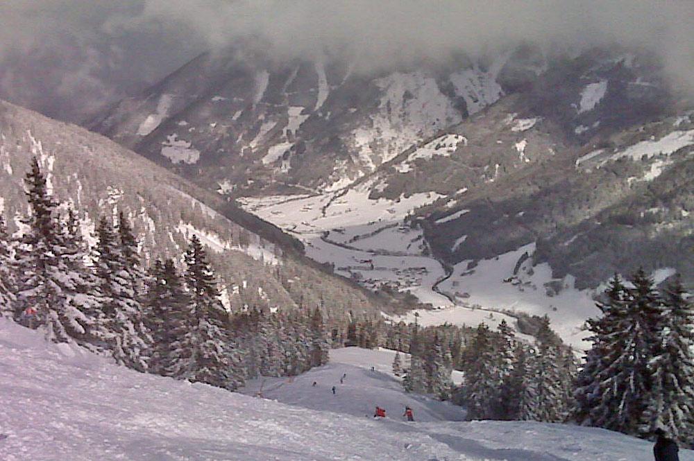 Wintersportler bei der Abfahrt im Skigebiet Riesneralm