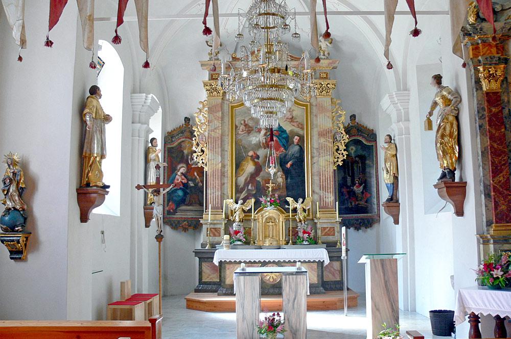 Blick in den Innenraum der St. Leonhard-Kirche in Donnersbachwald