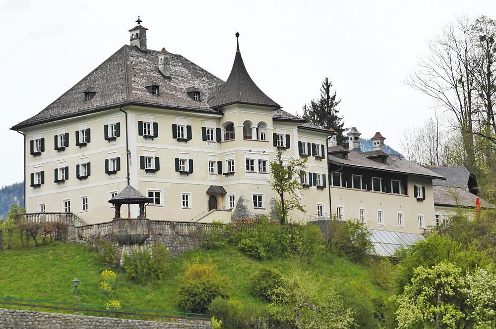 Außenansicht von Schloss Oberrain in Unken