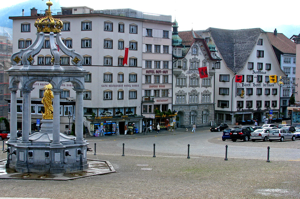 Hauptplatz mit Rathaus und Marienbrunnen an der Hauptstrasse von Einsiedeln