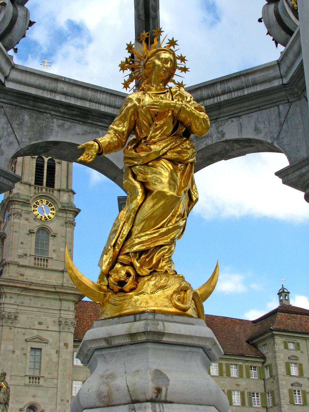 Figur des Marienbrunnens vorm Kloster Einsiedeln am Hauptplatz