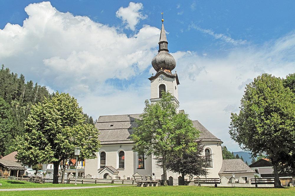 Außenansicht der Pfarrkirche St. Josef in Biberwier