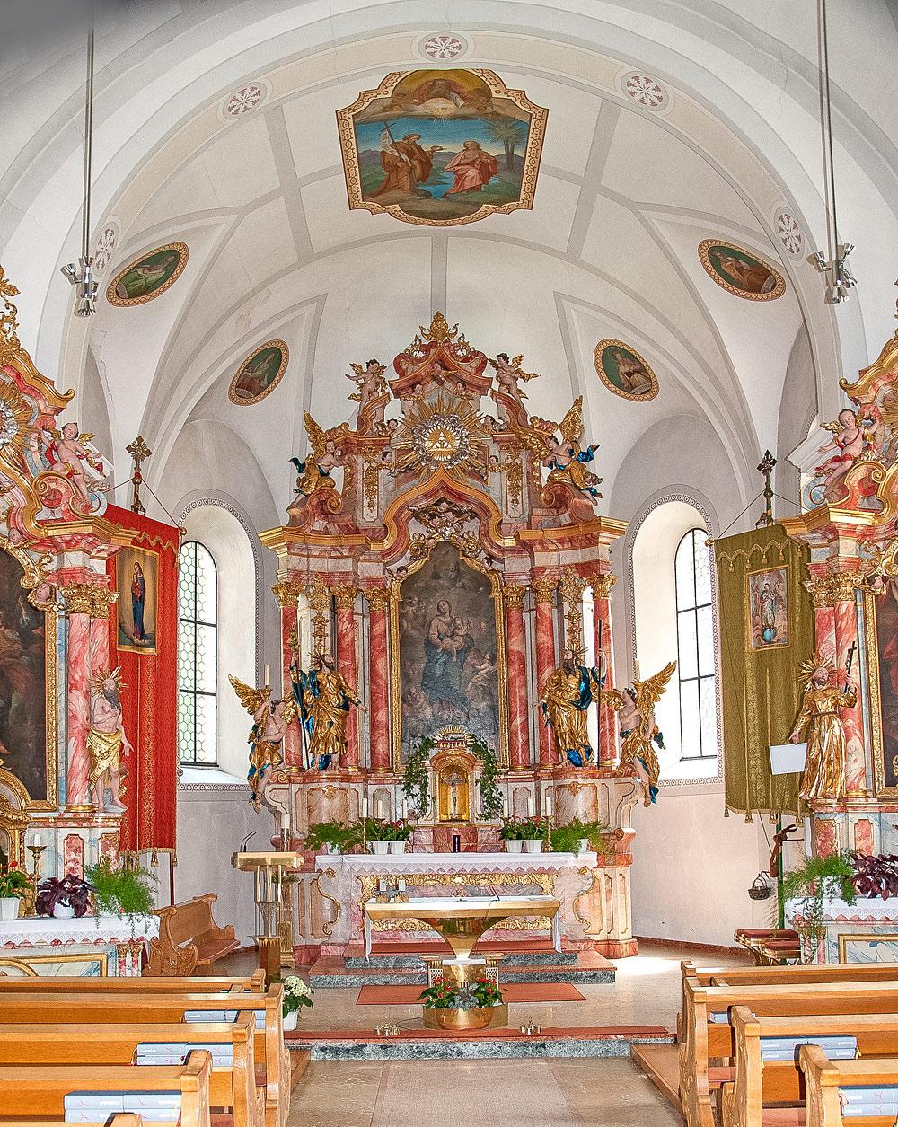 Innenraum der Pfarrkirche Heilige Dreifaltigkeit in Feichten