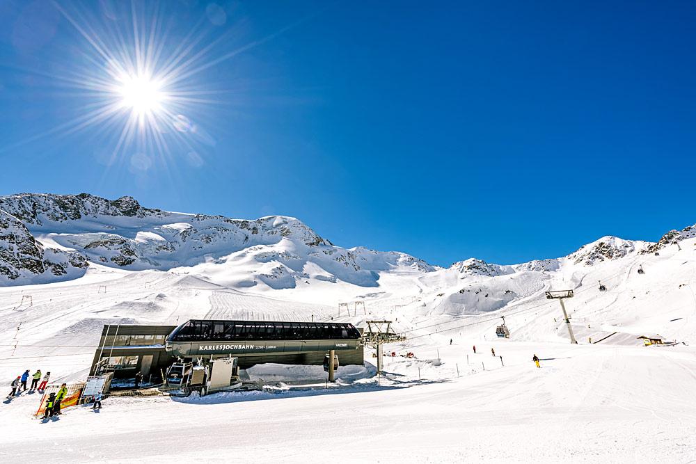 Blick auf die Karlesjochbahn am Kaunertaler Gletscher