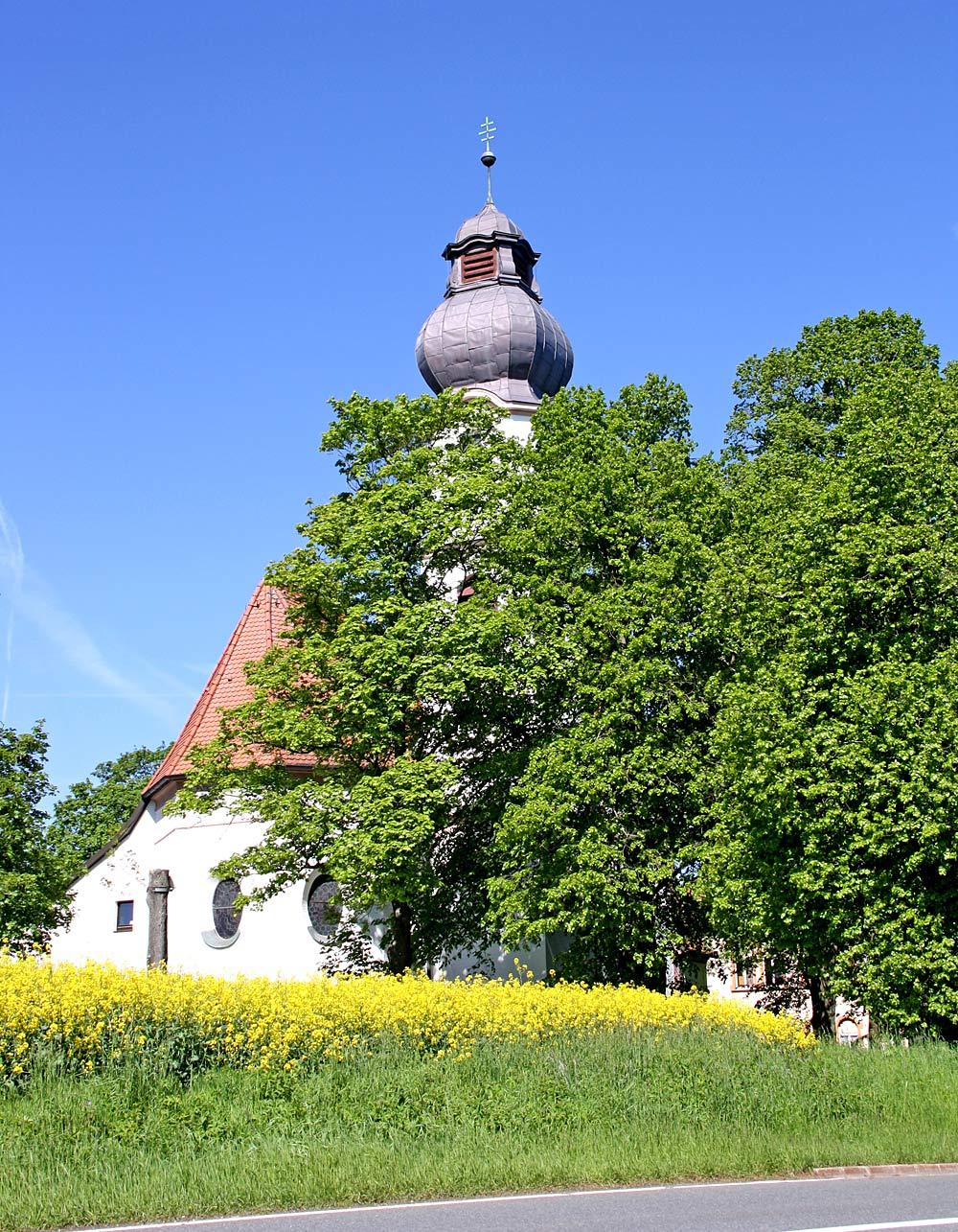 Katholische Pfarrkirche am Ortseingang von Schönwald in Bayern