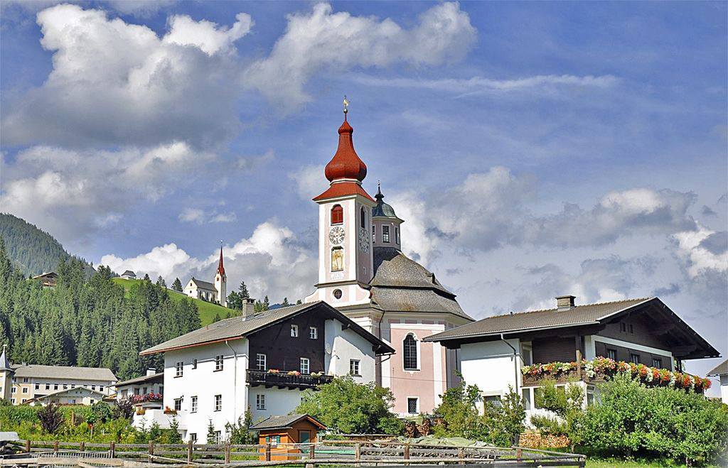 Blick auf die Dreifaltigkeitskirche in Strassen