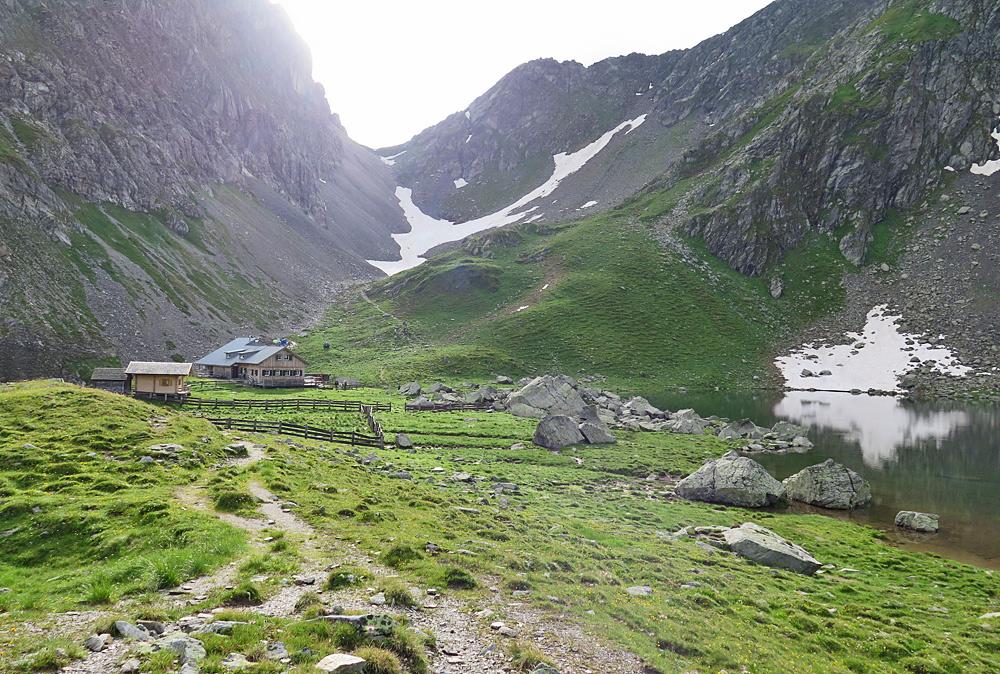 Blick auf die Obstanzersee-Hütte bei Kartitsch