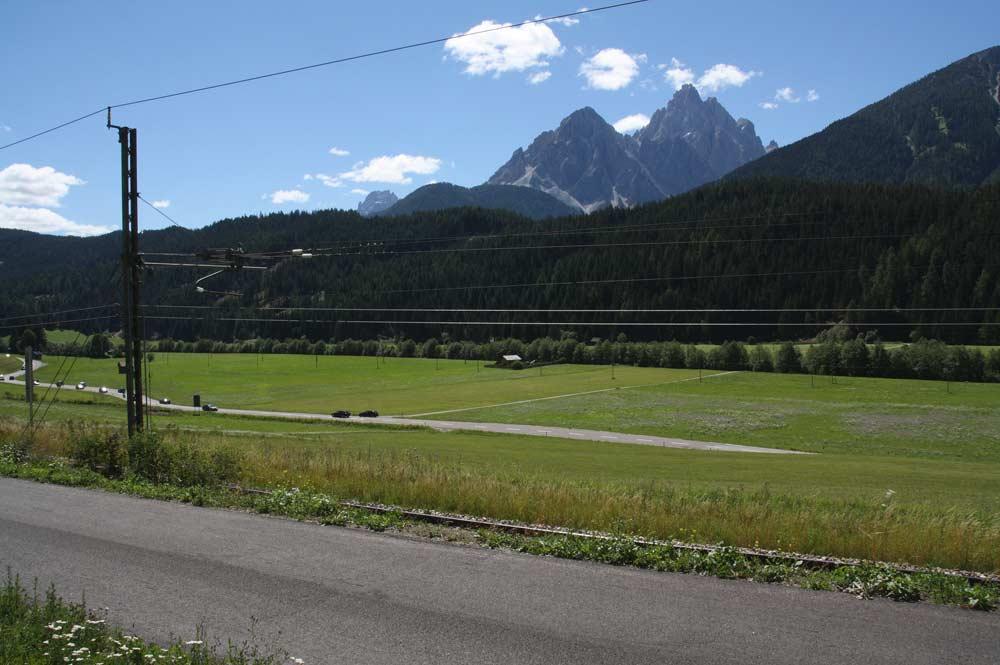 Drauradweg mit Dreischusterspitze im Hintergrund