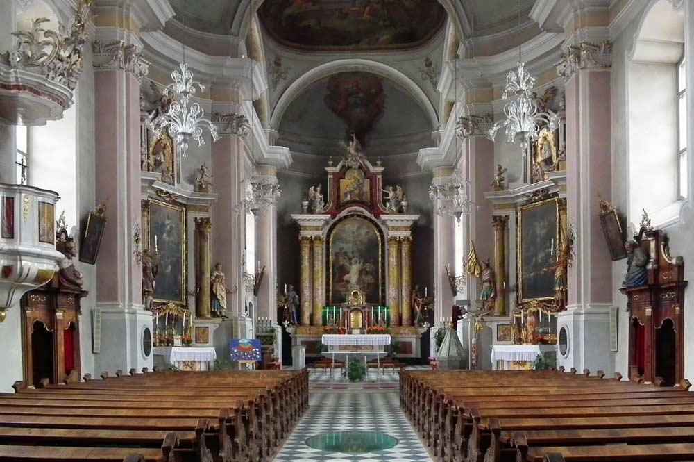 Innenraum und Altarraum der Kirche St. Stefan in Niederdorf