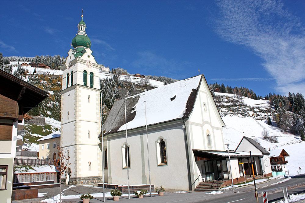 Außenansicht der katholischen Pfarrkirche St. Florian, Ingenuin und Albuin in Untertilliach