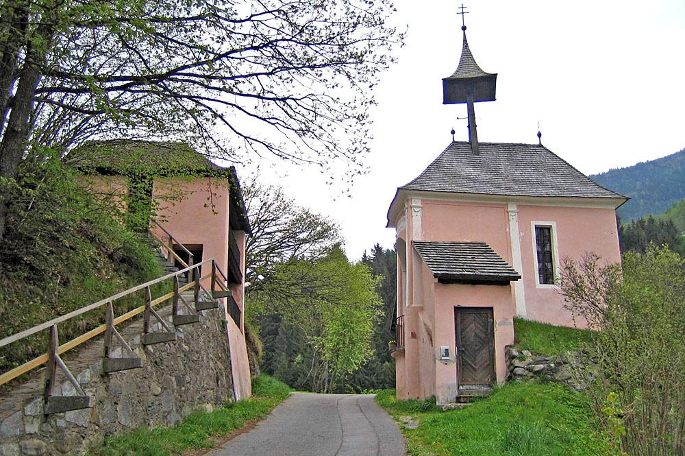 Blick auf die durch eine Straße Geteilte Kirche am Kreuzbichl in Gmünd in Kärnten