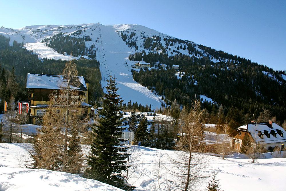 Blick auf den Skilift und die Piste am Katschberg
