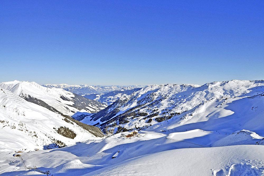 Blick von oben auf das Skigebiet Hochfügen