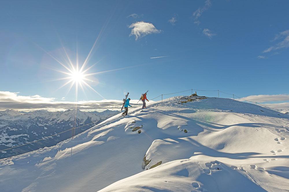 Paar beim Winterwandern im Zillertal