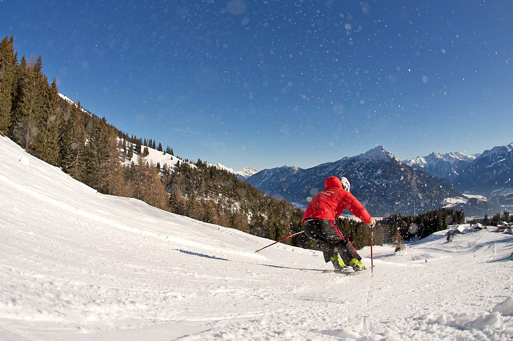 Skifahrer auf einer Piste im Skigebiet Imster Bergbahnen