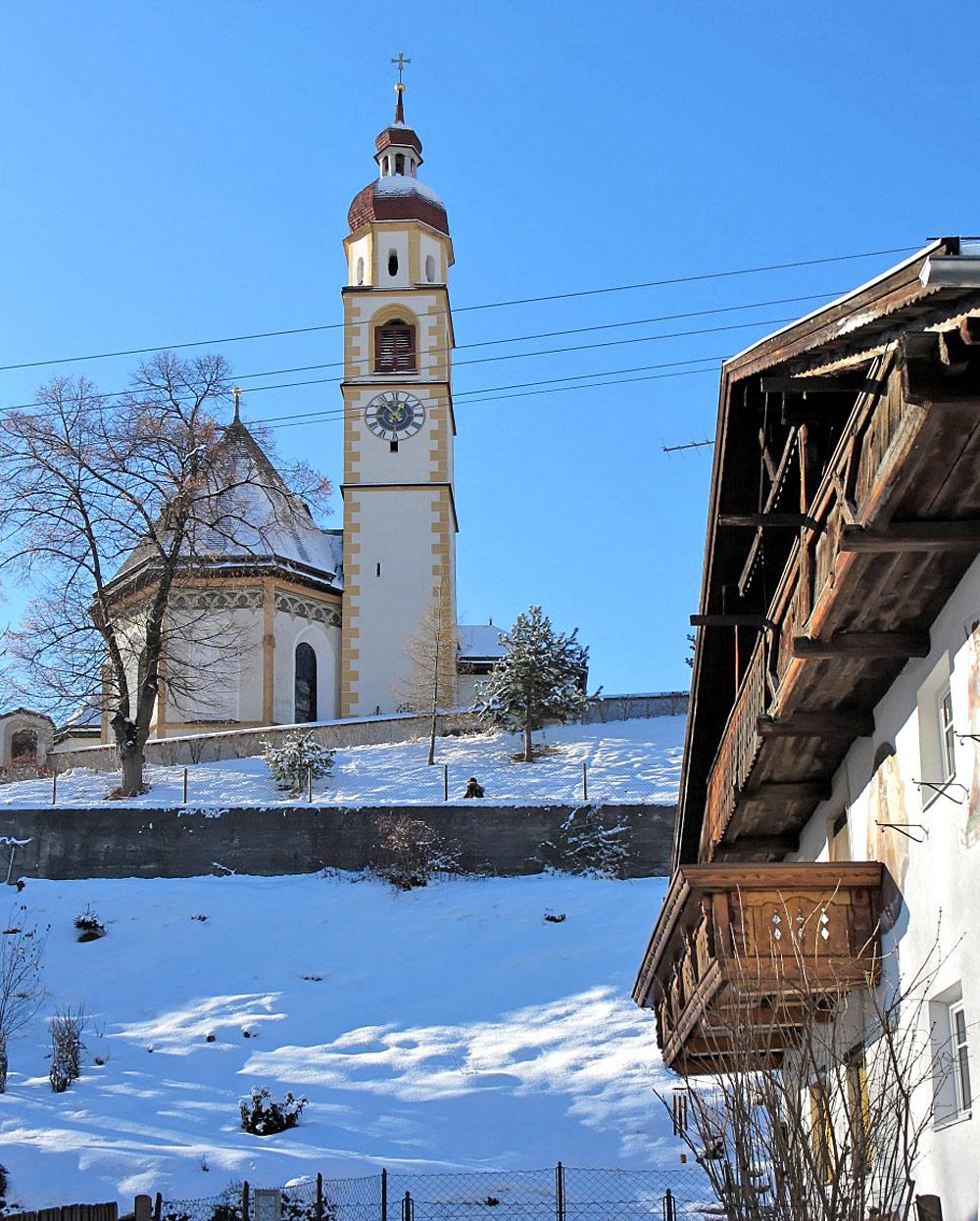 Blick auf die Pfarrkirche St. Ulrich in Tarrenz