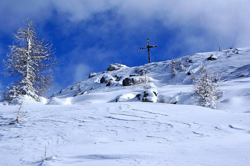 Blick auf das Gipfelkreuz an der Kaiserburg in Bad Kleinkirchheim