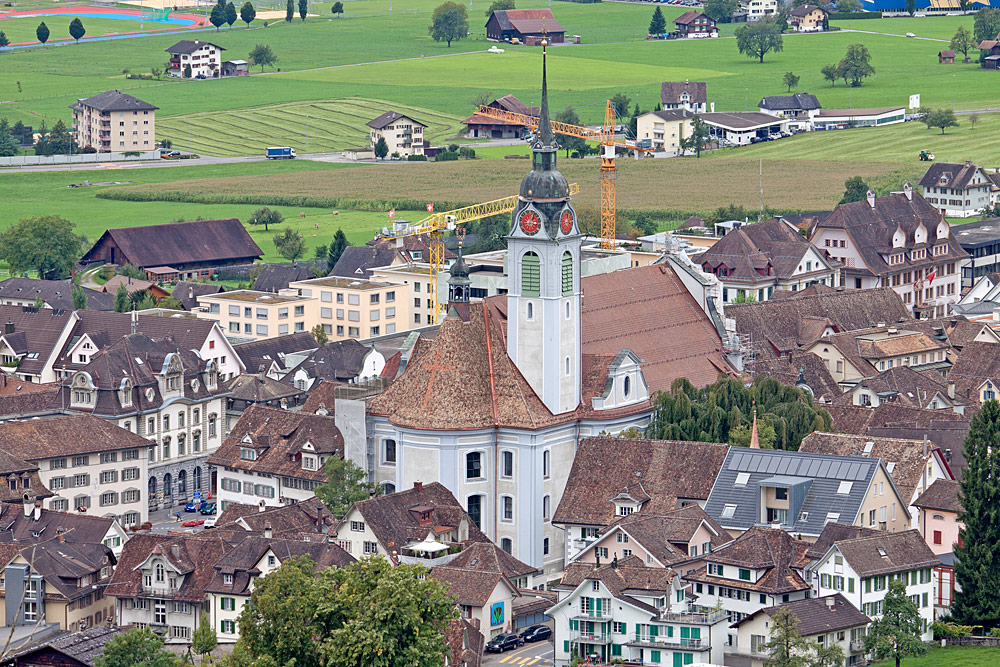 Blick von oben auf die Pfarrkirche St. Martin in Schwyz