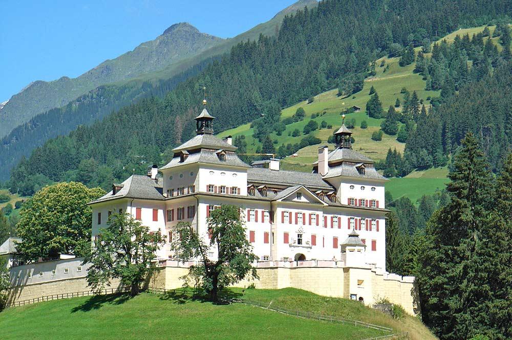Blick auf das barocke Schloss Wolfsthurn auf einem Hügel bei Ratschings