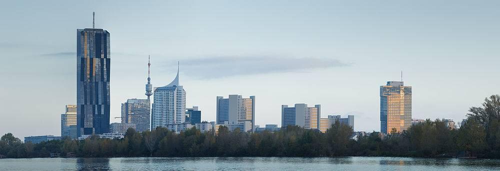 Blick auf die Donau-City Wien: DC-Tower 1, Donauturm und Internationales Zentrum Wien