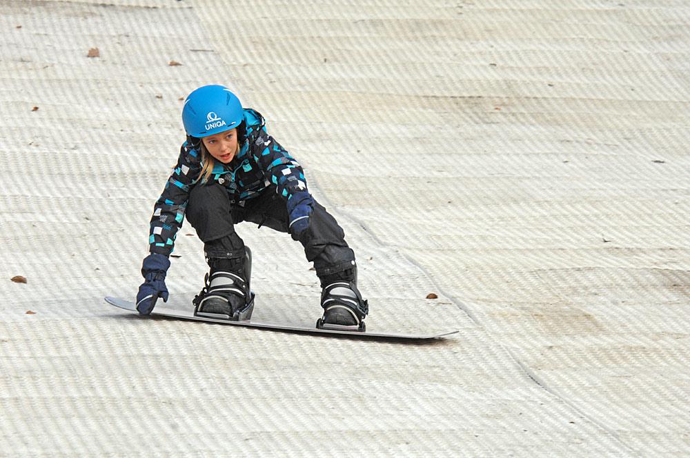 Mädchen beim Snowboarden auf der Dryslope im Skigebiet Hohe-Wand-Wiese bei Wien