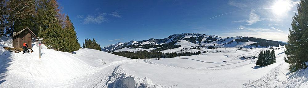 Panoramablick auf den Kojenstein und das Skigebiet Hochhäderich