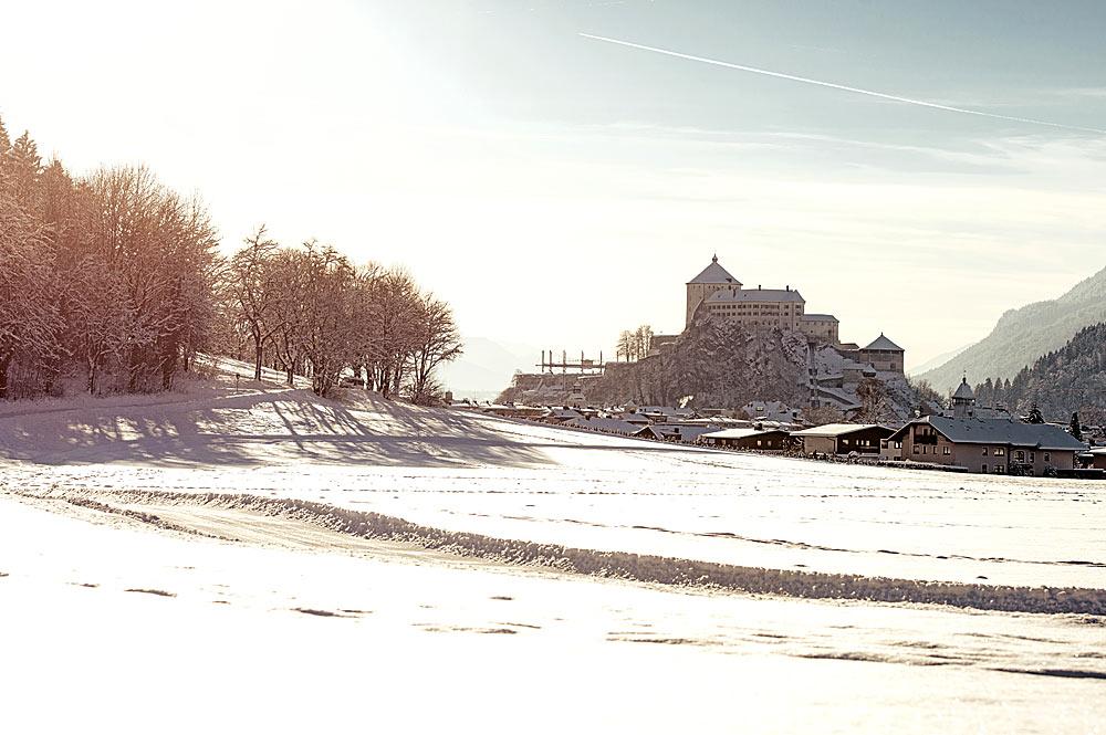 Verschneites Kufstein mit Festung