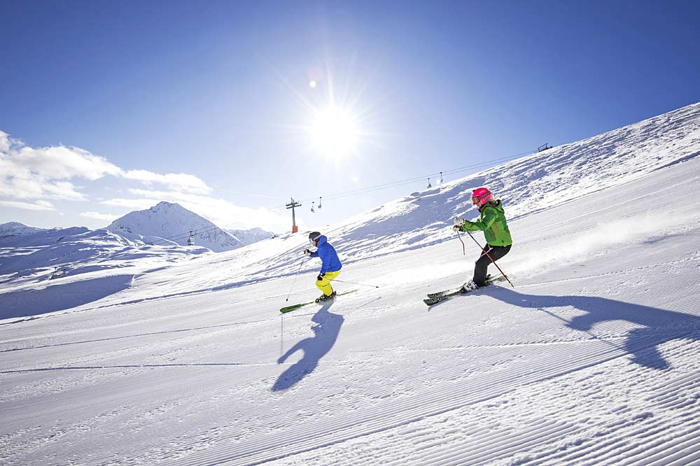 Skifahrer bei der Abfahrt im Skigebiet Rosskopf-Sterzing