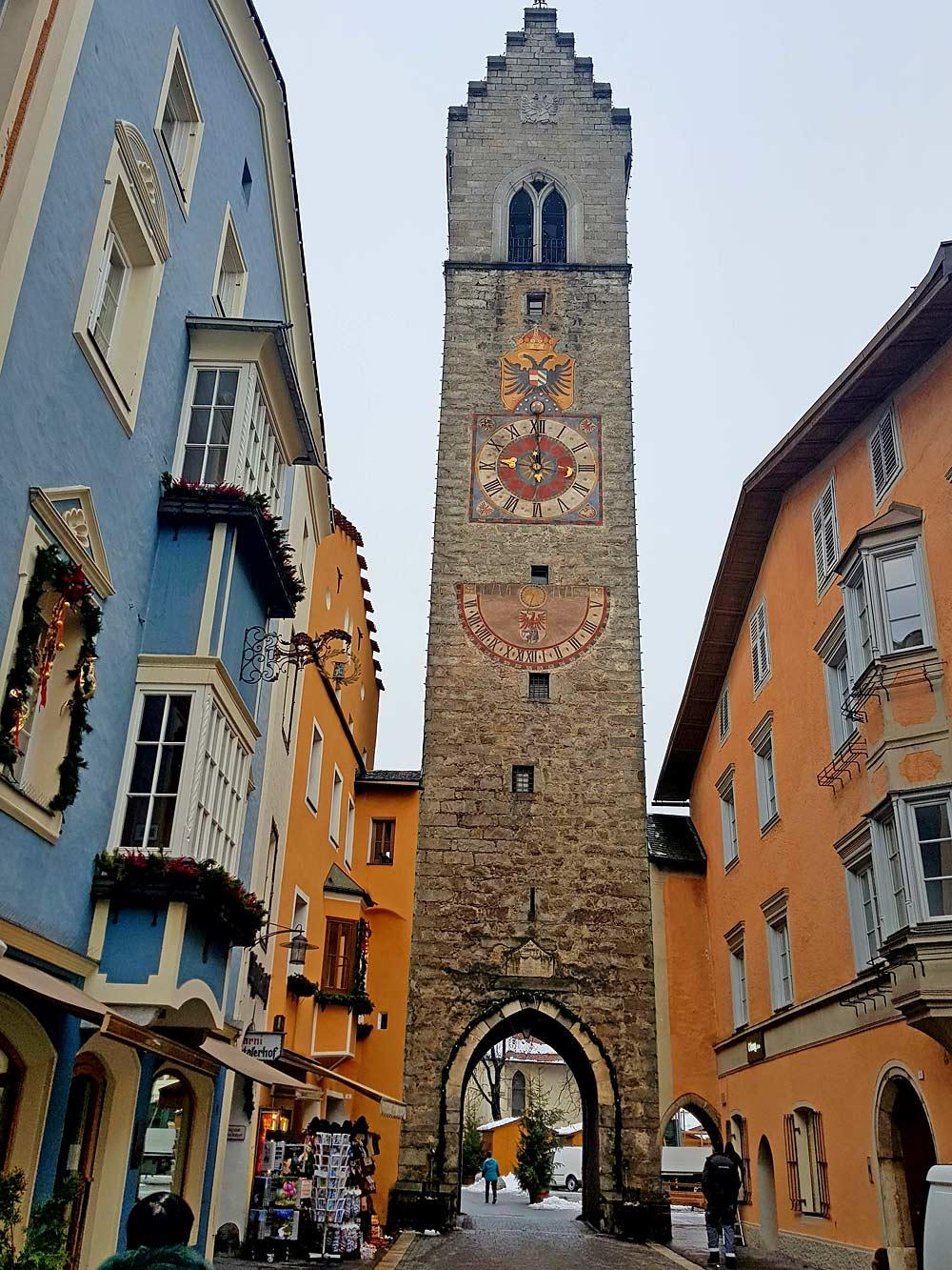 Blick auf den Zwölferturm in der Innenstadt von Sterzing
