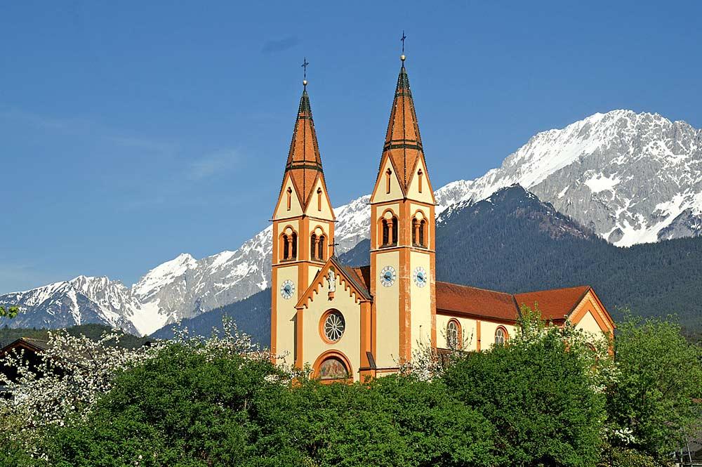 Außenansicht der Dekanatskirche St. Peter und Paul in Telfs