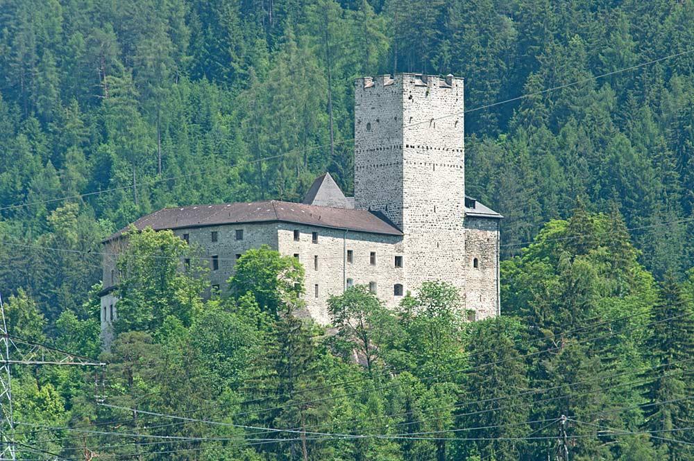 Blick auf die Burg St. Petersberg in Silz