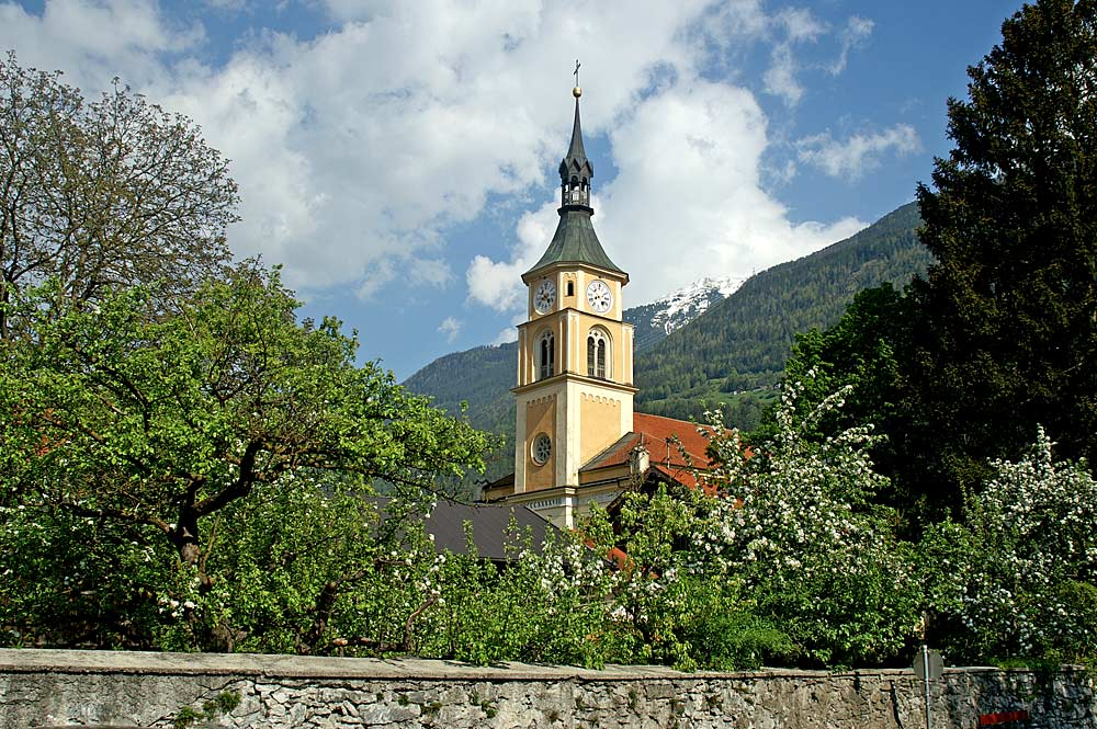 Blick auf die Pfarrkirche St. Peter und Paul in Silz